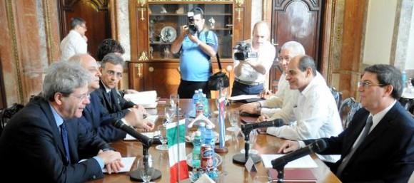 El canciller cubano Bruno Rodríguez Parrilla (D), y su homólogo italiano  Paolo Gentiloni  (I), durante las conversaciones oficiales desarrolladas en la sede de la cancillería cubana, en La Habana, Cuba, el 12 de marzo de 2015.  AIN  FOTO/ Abel PADRÓN PADILLA.