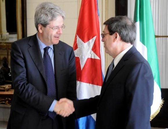 Bruno Rodríguez Parrilla (D), Ministro de Relaciones Exteriores (MINREX), recibe a su homólogo italiano, Paolo Gentiloni (I), en la sede del MINREX, en La Habana, Cuba, el 12 de marzo de 2015.  AIN FOTO/ Abel PADRÓN PADILLA.