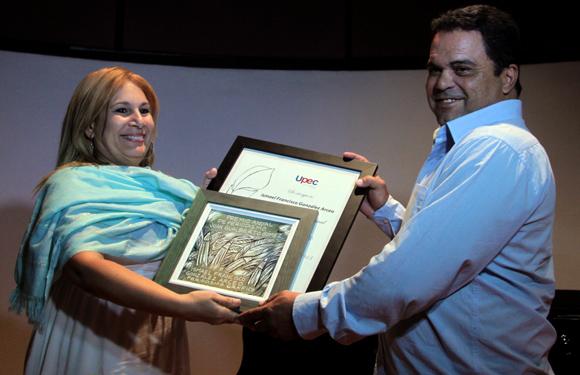 Ismael Francisco, fotorreportero de nuestro sitio, recibió de manos de Bárbara Doval, Vice presidenta de la Unión de Periodistas de Cuba (UPEC), el premio Juan Gualberto Gómez. Foto: Ladyrene Pérez/ Cubadebate.