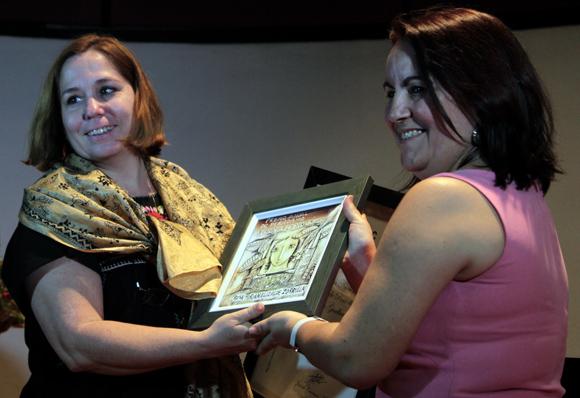 Rosa Miriam Elizalde, editora principal de Cubadebate, recibió mención especial del premio de periodismo Juan Gualberto Gómez. Foto: Ladyrene Pérez/ Cubadebate.