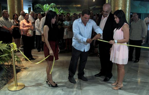 """Ismael Francisco fotorreportero de Cubadebate, dejó inaugurada su muestra fotográfica """"Un Año en Fotos"""".  Foto: Ladyrene Pérez/ Cubadebate."""