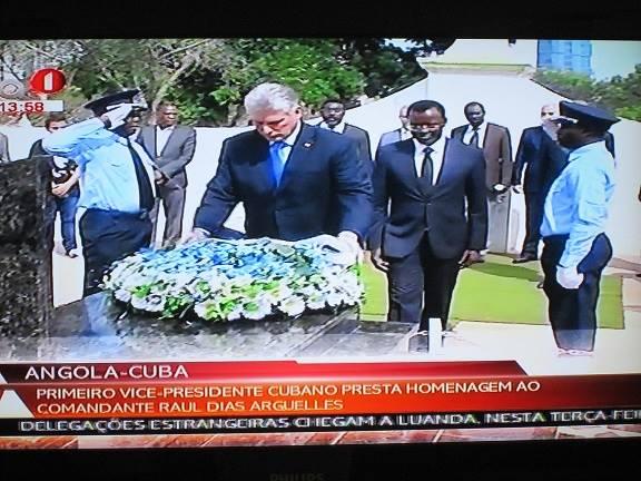 El Primer Vicepresidente cubano Miguel Díaz-Canel, en visita oficial en Angola, rindió tributo hoy a los mártires internacionalistas cubanos, al colocar flore en el mausoleo al Comandante Raúl díaz Argüelles. Foto: Manuel Vega Almaguer (tomada de TV) / Cubadebate