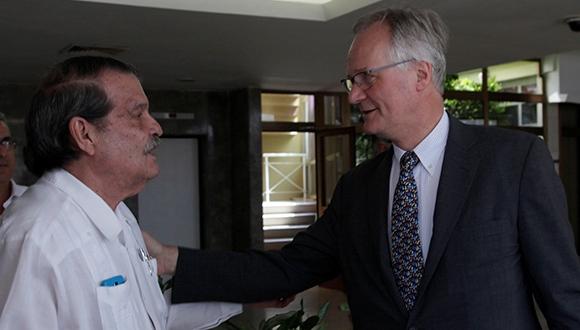 Christian Leffler, Union Europea y Abelardo Moreno Vice Canciller cubano se saludan este miércoles en La Habana. Foto: Ismael Francisco / Cubadebate