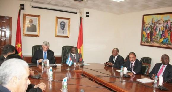 Mesa de negociaciones entre el PCC y el MPLA, en Luanda. Foto: Agencia Angola Press