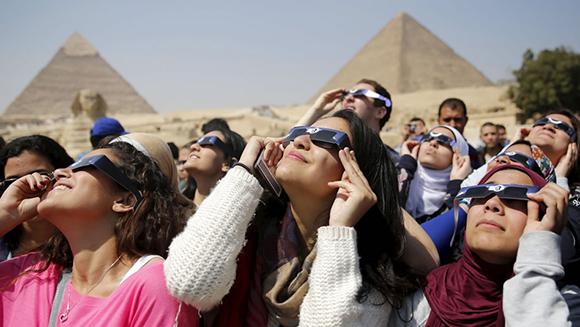 Espectadores se reunieron en las pirámides de Giza, en Egipto. Foto: Reuters