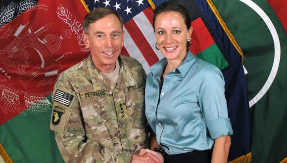 Petraeus junto a su biógrafa Paula Broadwell.