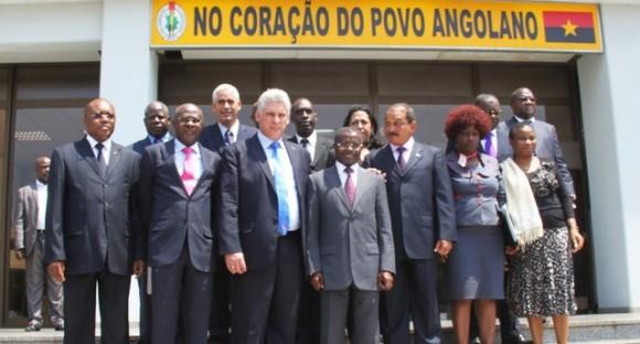 Foto de familia entre directivos del Partido Comunista de Cuba, encabezados por Díaz Canel, y del MPLA.