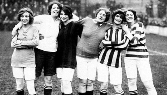 Imagen del primer partido oficial de fútbol femenino. Foto: ABC
