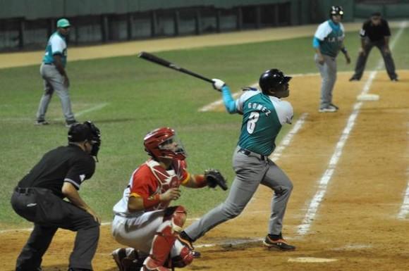 El pinero Rigoberto Gomez (C), decidio el segundo juego de la semifinal entre los Piratas de la Isla de la Juventud y los Cocodrilos de Matanzas, en la 54 Serie Nacional de Béisbol, en el estadio Victoria de Girón, en Matanzas, el 25 de marzo de 2015. AIN FOTO/Marcelino VAZQUEZ HERNANDEZ