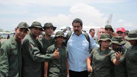 El Presidente Nicolás Maduro junto a efectivos de las FANB.