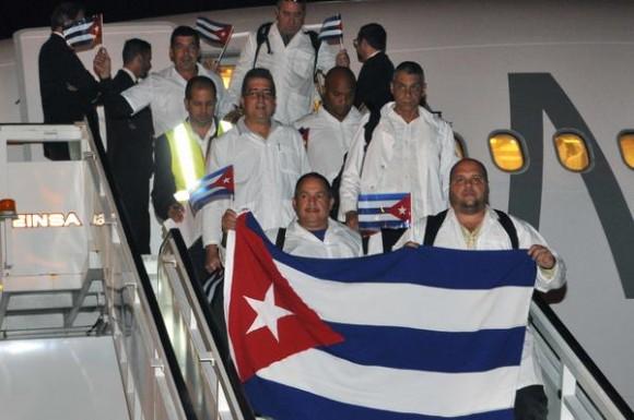 Arriban a Cuba, médicos y licenciados en enfermería, procedentes de Liberia y Sierra Leona, que se encontraban en el África Occidental combatiendo la epidemia del Ébola , en el aeropuerto internacional Juan Gualberto Gómez, en Matanzas, el 23 de marzo de 2015. Foto: Marcelino VÁZQUEZ HERNÁNDEZ/ AIN