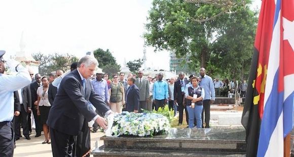 Miguel Díaz-Canel rinde homenaje en Angola ante la tumba del Héroe internacionalista cubano Raúl Díaz Arguelles.