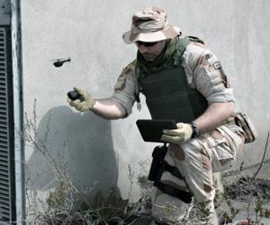 Un soldado lanza un microdron de la empresa noruega Prox Dynamics. Foto: Prox Dynamics