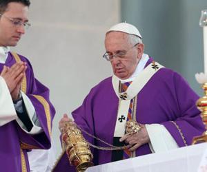 El papa Francisco en una misa en la Plaza del Plebiscito en Nápoles, este sábado. Foto: Alessandro Di Meo / EFE.