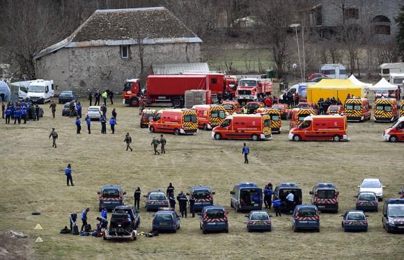 Personal de emergencias y agentes de la policía francesa en Seyne (Francia) cerca del lugar donde se ha estrellado el Airbus A320. Foto: Boris Horvat