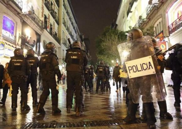 La policía custodia las calles de Madrid. Foto: EFE