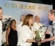 """Elba Rosa Pérez Montoya (C), ministra de Ciencia, Tecnología y Medio Ambiente (CITMA) entrega al Dr. Marcos Álvarez  (D), el Premio Especial por su impacto económico a una investigación desarrollada en el Centro Nacional de Biopreparados (BIOCEN), durante la entrega de los Premios de Innovación Tecnológica y Premios Especiales del CITMA, en ceremonia realizada en el Memorial """"José Martí"""", en  La Habana, Cuba, el 20 de marzo de 2015.  AIN FOTO/Roberto  MOREJÓN RODRÍGUEZ/"""