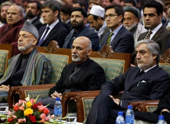 El Presidente Ashraf Ghani, al centro, con el ex presidente Hamid Karzai, a la izquierda, cuyo gobierno recibió pagos mensuales de la CIA. Foto: Omar Sobhani / Reuters