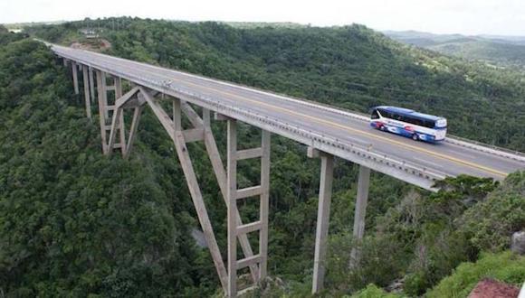 El Puente de Bacunayagua. Sostenido por pilares con elegantes arcadas, el viaducto alcanza aproximadamente los 314 metros de longitud y 16 de ancho. Es el más alto de Cuba y una de las joyas de la ingeniería cubana.