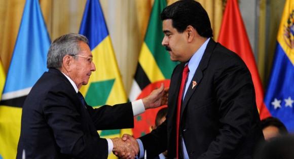 El General de Ejército Raúl Castro Ruz (I), Presidente de los Consejos de Estado y de Ministros de Cuba, y Nicolás Maduro Moros (D), Presidente de la República Bolivariana de Venezuela, durante la Cumbre Extraordinaria de la Alternativa Bolivariana para los Pueblos de Nuestra América, convocada en solidaridad con el hermano pueblo suramericano, en el Palacio de Miraflores, en Caracas, el 17 de marzo de 2015.  Foto: Omara GARCÍA MEDEROS/ AIN