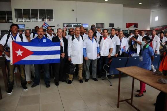 Regresan a Cuba médicos que combatieron el Ébola en África