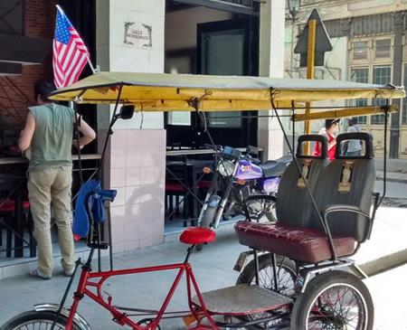 Bicitaxi en La Habana Vieja, 23 de marzo de 2015. Foto: Luis Toledo Sande.