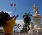 Frecuente es ver a niños en el parque cienfueguero José Martí, frente a la estatua dedicada al Héroe, expresar  actos de amor y recompensa hacia quien en una ocasión expresara ``  Los niños ríen, y se abren los cielos ``,  en Cienfuegos, Cuba, el 27 de enero de 2015. FOTO: Modesto GUTIÉRREZ CABO / Cubadebate
