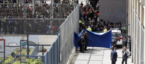 Vecinos y medios de comunicación se agolpan tras el cordón policial levantado en el exterior del Instituto Joan Fuster de Barcelona, donde hoy ha fallecido un profesor y otras cuatro personas han resultado heridas al ser alcanzadas por flechas de ballesta supuestamente disparadas por un alumno de segundo de la ESO. EFE/Alberto Estévez
