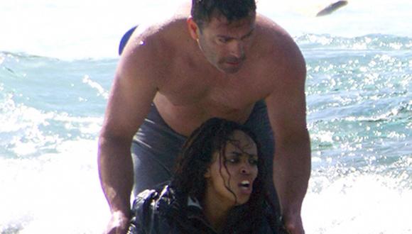 """Antonis Deligiorgis ahorro Wegasi Nebiat: 'Yo estaba teniendo problemas levantándola fuera del mar, a continuación, instintivamente, la puse sobre mi hombro. """"Fotografía: Argiris Mantikos / AP"""