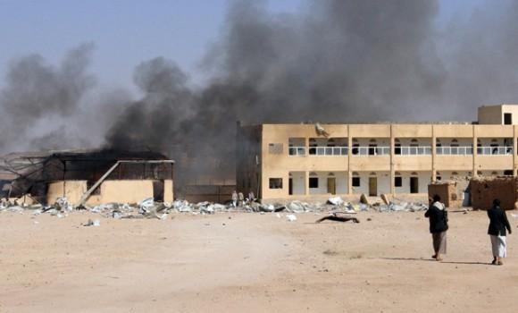 Cortina de humo sale de una base militar tras ataque aéreo de Arabia Saudita en Houthi, Yemen. Foto: Reuters
