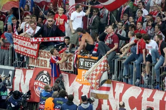 Thomas Muller celebra con la afición. Foto tomada del twitter del Bayern de Munich