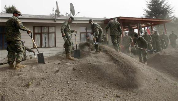 Militares ayudan a retirar ceniza volcánica tras la erupción del volcán Calbuco. Foto: EFE.