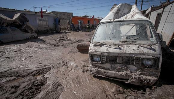 Vecinos de Copiapo limpian sus casa.