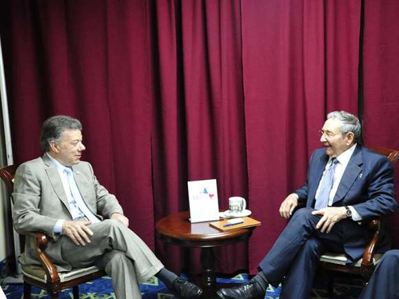 Raúl intercambió con el mandatario colombiano Juan Manuel Santos sobre el proceso de paz de Colombia, entre otros asuntos. Foto: Estudio Revolución