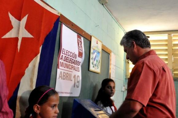 Miguel Diaz-Canel Bermúdez, miembro del Buro Político del Partido Comunista de Cuba y Primer vicepresidente de los Consejos de Estado y de Ministros, ejerció su derecho al voto en el colegio electoral número 1, de la circunscripción número 6, en el municipio Playa, en La Habana, el 19 de abril de 2015. AIN FOTO/Marcelino VAZQUEZ HERNANDE