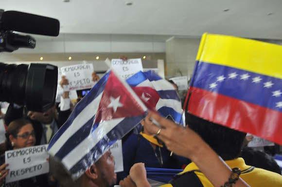 Enfrentamiento de la delegación cubana a los foros con los mercenarios cubanos en el lobby del hotel Panamá. Foto: Juvenal Balán/ Granma
