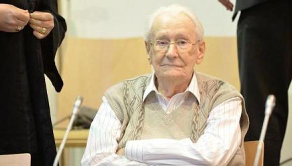 El acusado Oskar Gröning se sienta en el banquillo en el Tribunal de Lüneburg. Foto: EFE
