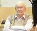 El acusado Oskar Gröning se sienta en el banquillo en el Tribunal de Lüneburg. EFE