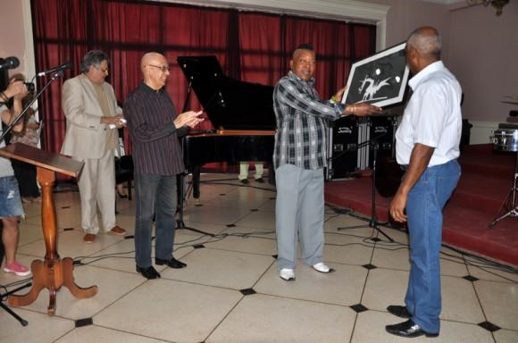 El maestro José Luis Cortés recibió en la tarde del miércoles el título al mérito artístico que otorga la Universidad de las Artes de Cuba. Foto: Marianela Dufflar