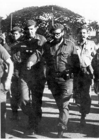 Fidel en compañía del Capitán Fernández y Flavio Bravo.