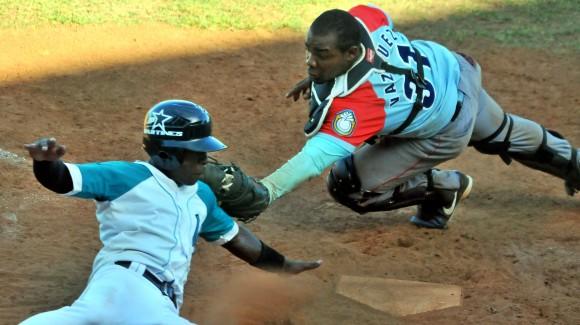 Final Beisbol Isla vs Ciego 4to juego gana la isla 7 x 6. Carrera anotada en home por Julio Pablo Martinez. Foto: Ricardo López Hevia / Granma / Cubadebate