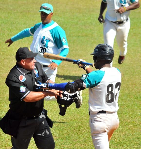 Alfredo Rodrígez fue expulsado tras encarar a Vladimir García por un pelotazo. Foto: Ricardo López Hevia / Granma / Cubadebate