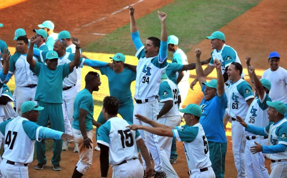 Final Beisbol Isla vs Ciego 4to juego gana la Isla 7 x 6. Foto: Ricardo López Hevia / Granma / Cubadebate