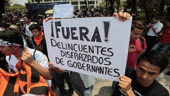 MILES DE INDIGNADOS EXIGEN EN GUATEMALA RENUNCIA DE PRESIDENTE Y VICEPRESIDENTA