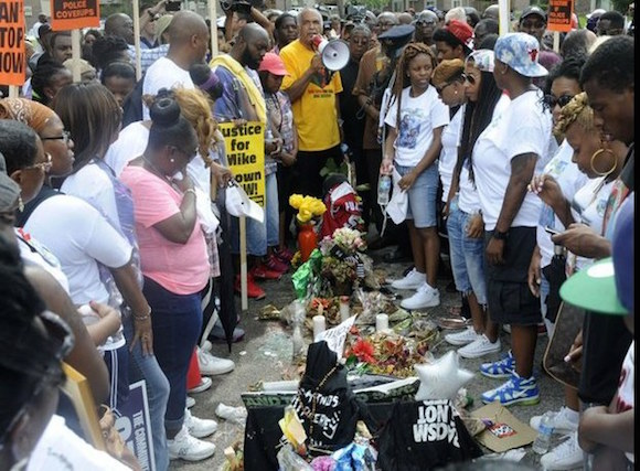 Habitantes de Ferguson realizaron marchas en agosto tras la muerte de Michael Bronw, joven afroamericano que murió a manos de agentes blancos. Foto: Ap / Archivo