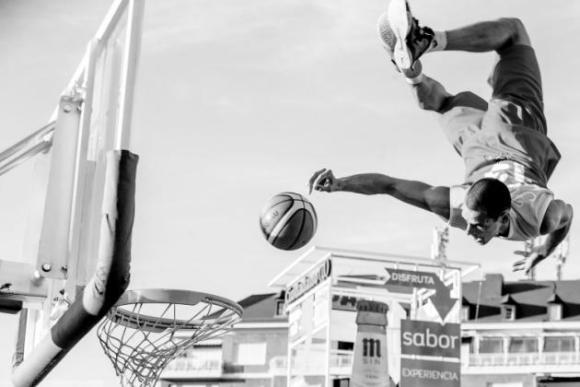 El español Jaime Massieu Marcos con 'animación suspendida'. El fotógrafo la hizo durante el Mundial de baloncesto que se celebró en Madrid en 2014 y vio a los jugadores húngaros saltando, por lo que tomó la foto, la primera que hacía en su vida de deportes.