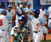 Yoelvis Fiss con su jonrón con las bases llenas decidió el primer juego de la final. Foto: Ricardo López Hevia / Cubadebate