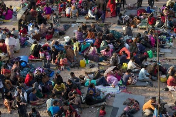 La gente se reúne en un espacio abierto, por razones de seguridad en Basantapur Durbar Square, dañado en el terremoto en Katmandú, este domingo. Foto: AP.