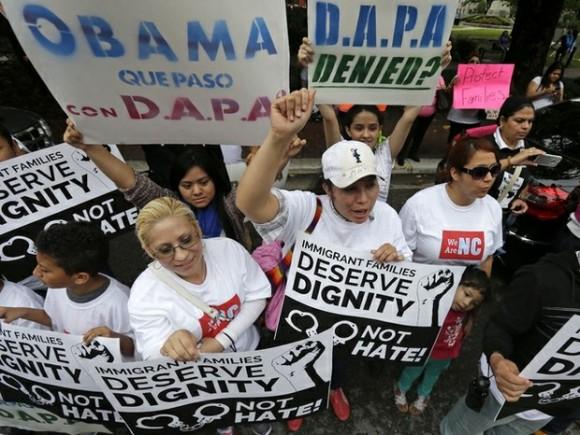 Manifestantes inmigrantes protestan a las afueras de la corte de apelaciones de Nueva Orleáns, donde se discuten las medidas migratorias de Obama. Foto: Ap