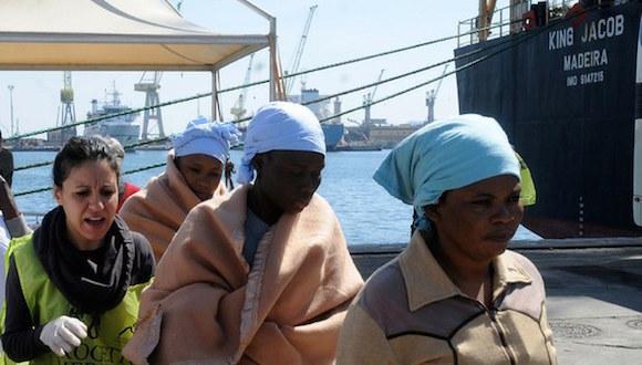 Migrantes reciben primeros auxilios al desembarcar de un barco en Palermo, Italia, tras ser rescatados en el mar, en imagen del 18 de abril pasado. Foto: Ap